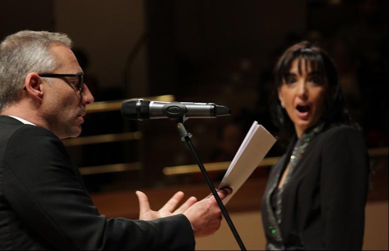 Un hombre con un micrófono en la mano  Descripción generada automáticamente con confianza baja