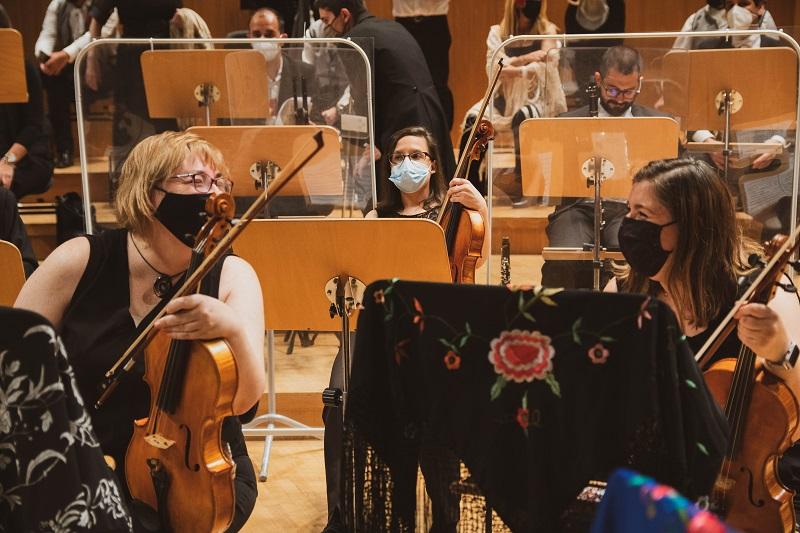 Un grupo de personas tocando instrumentos musicales  Descripción generada automáticamente con confianza baja