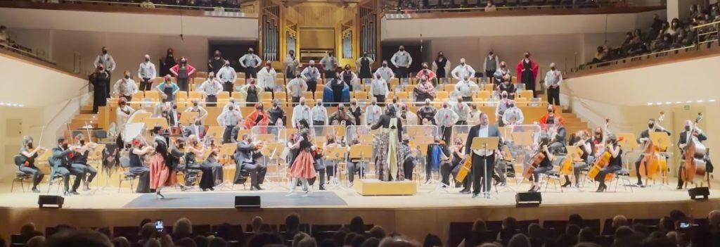 Un grupo de personas en un escenario  Descripción generada automáticamente con confianza media
